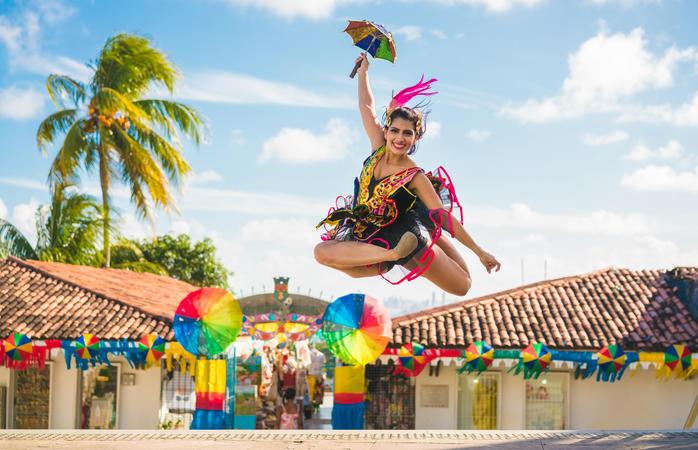 Los bailarines de frevo danzan por las calles de Olinda