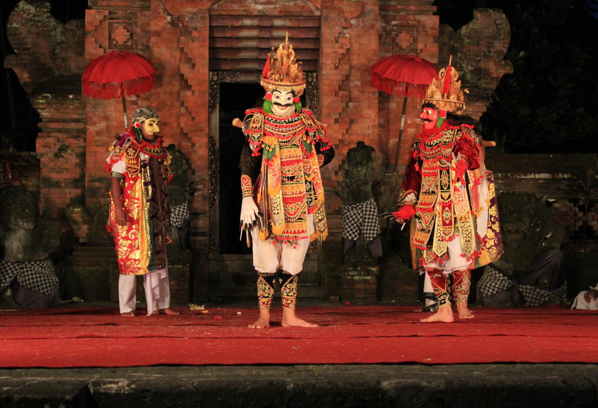 Los progatonistas de este kathakali, Pacha y Minukku, cuenta su historia a través de la danza