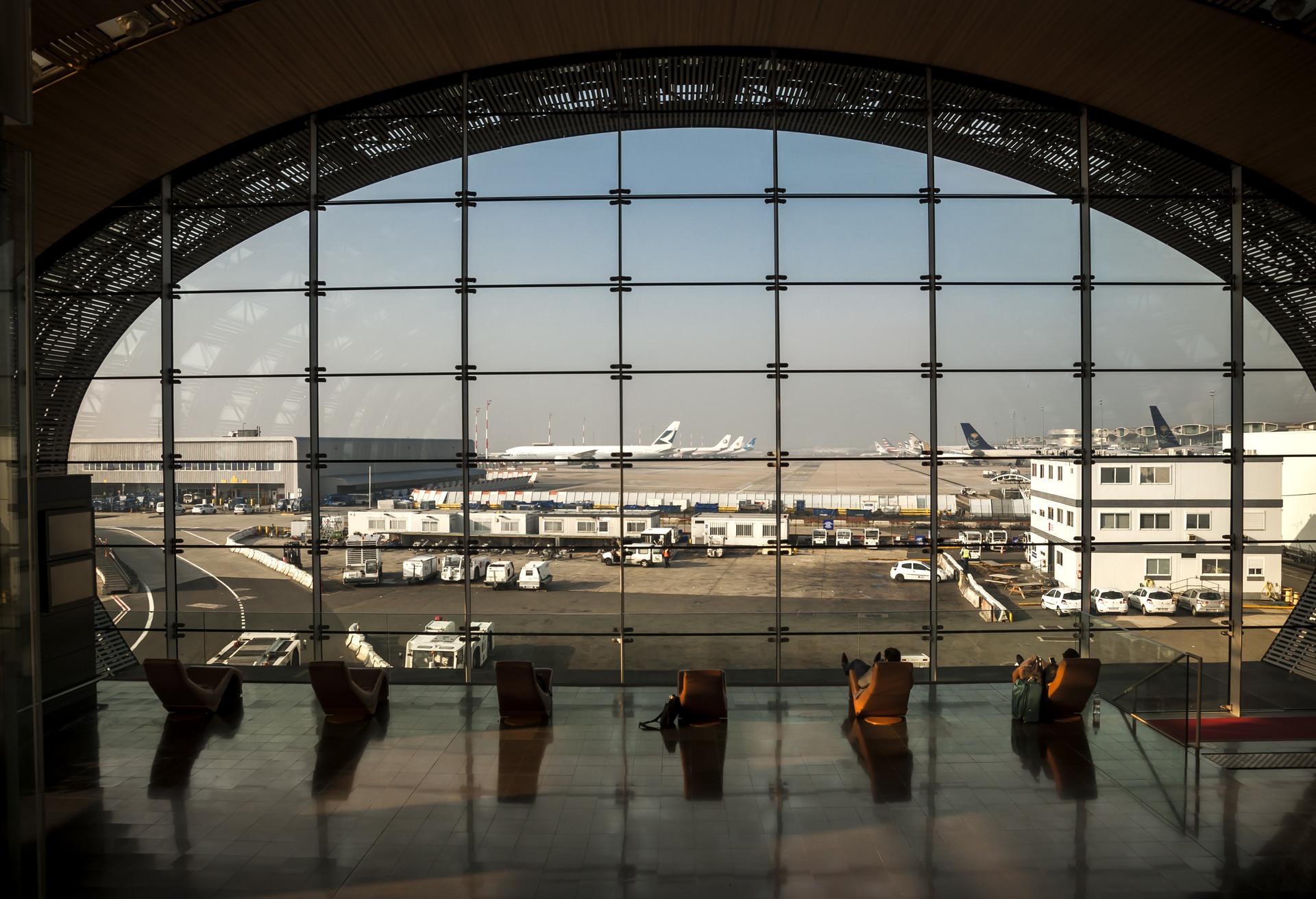 Los pasajeros pasean por las terminales del aeropuerto Charles de Gaulle de París