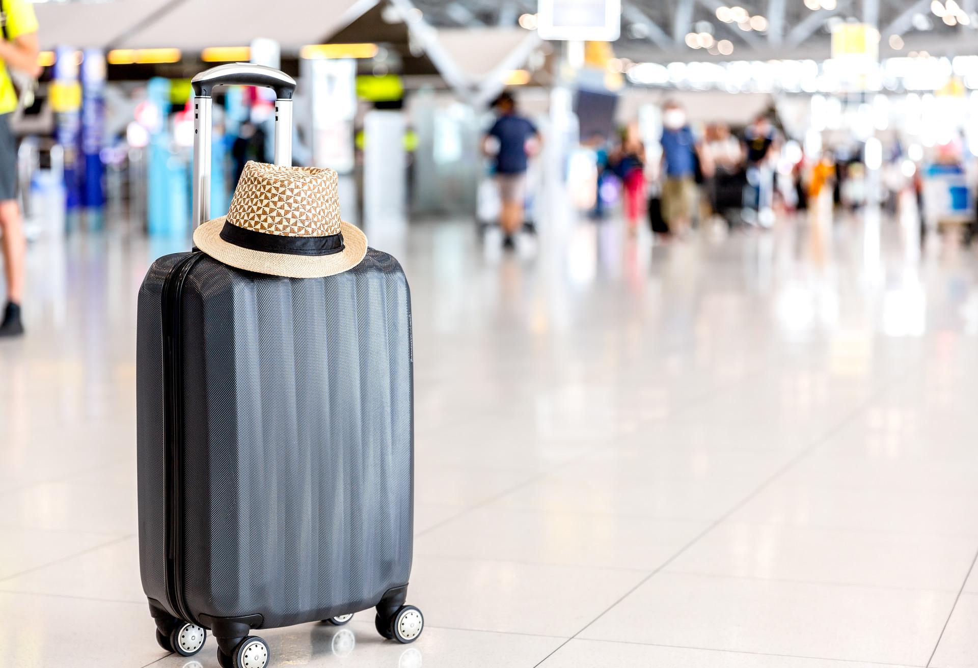 Los pasajeros esperan pacientemente a recoger su equipaje de la cinta en el aeropuerto